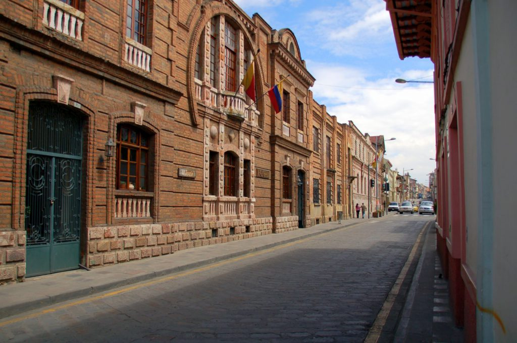 calle larga (typical street)